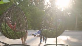 Γιαγιά και παππούς που στηρίζονται να κρεμάσει τις καρέκλες στον ήλιο Ευτυχής φιλική οικογένεια Αναψυχή και ελεύθερος χρόνος παλα φιλμ μικρού μήκους