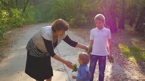 Γιαγιά με τα εγγόνια που παίζουν στο πάρκο απόθεμα βίντεο
