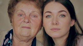 Γιαγιά με την εγγονή πρόσωπο με πρόσωπο Έννοια της γήρανσης και της φροντίδας δέρματος φιλμ μικρού μήκους
