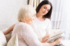 Γιαγιά με το βιβλίο εκμετάλλευσης κορών της Στοκ Φωτογραφία