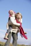 Γιαγιά που δίνει το σηκωήταν στην πλάτη εγγονών της Στοκ Εικόνα