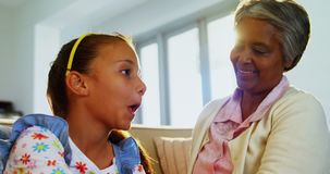 Γιαγιά που βουρτσίζει την τρίχα εγγονών της στο καθιστικό 4k απόθεμα βίντεο