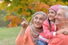 Γιαγιά που δείχνει με το δάχτυλο Στοκ Εικόνες