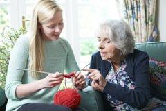 Γιαγιά που παρουσιάζει εγγονή πώς να πλέξει Στοκ φωτογραφίες με δικαίωμα ελεύθερης χρήσης
