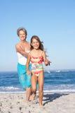 Γιαγιά που τρέχει με την εγγονή στοκ εικόνες