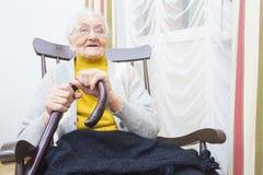 Γιαγιά σε ένα χαμόγελο καρεκλών στοκ εικόνα με δικαίωμα ελεύθερης χρήσης