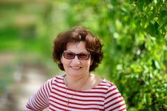 Γιαγιά υπαίθρια στον οπωρώνα στοκ φωτογραφία