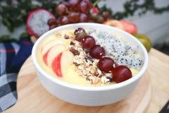 Γιαούρτι μάγκο με τα φρούτα δράκων, το σταφύλι και το κάλυμμα μήλων Στοκ φωτογραφία με δικαίωμα ελεύθερης χρήσης