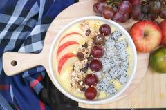 Γιαούρτι μάγκο με τα φρούτα δράκων, το σταφύλι και το κάλυμμα μήλων Στοκ εικόνα με δικαίωμα ελεύθερης χρήσης