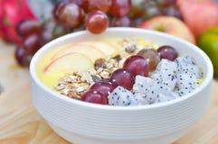 Γιαούρτι μάγκο με τη βρώμη, τα φρούτα δράκων, το σταφύλι και το μήλο Στοκ φωτογραφίες με δικαίωμα ελεύθερης χρήσης
