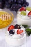Γιαούρτι με τις φράουλες και τα σταφύλια Στοκ εικόνα με δικαίωμα ελεύθερης χρήσης
