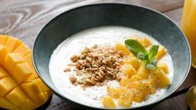 Γιαούρτι με το μάγκο και το granola φιλμ μικρού μήκους