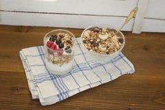 Γιαούρτι με το granola και τα φρούτα πρόγευμα υγιές Στοκ φωτογραφία με δικαίωμα ελεύθερης χρήσης