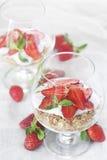 Γιαούρτι με το granola και τη φράουλα Στοκ φωτογραφία με δικαίωμα ελεύθερης χρήσης