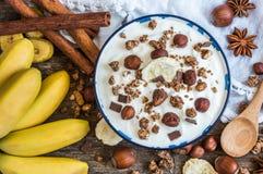 Γιαούρτι με Muesli, την μπανάνα και τα καρύδια Στοκ φωτογραφία με δικαίωμα ελεύθερης χρήσης