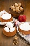 Γιαούρτι, ξύλα καρυδιάς, Apple, αλεύρι και αυγά Στοκ Εικόνα