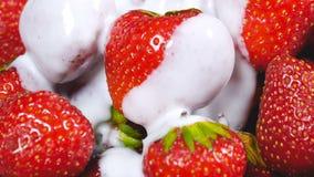 Γιαούρτι που αφορά τις φρέσκες φράουλες απόθεμα βίντεο