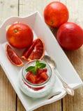 Γιαούρτι προγευμάτων διατροφής με τους σπόρους Chia και το πορτοκάλι αίματος Στοκ φωτογραφία με δικαίωμα ελεύθερης χρήσης