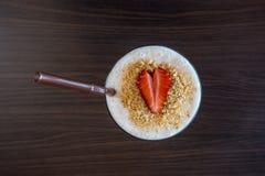 Γιαούρτι φραουλών με μια διαμορφωμένη καρδιά φράουλα Στοκ Εικόνες