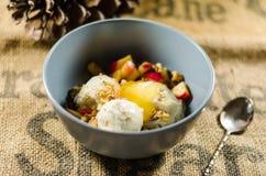 Γιαούρτι  Φρούτα περικοπών  Και σάλτσα της Apple στο κύπελλο Στοκ Εικόνες