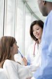 Γιατροί και ασθενής στοκ εικόνα με δικαίωμα ελεύθερης χρήσης