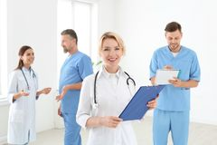 Γιατροί και ιατρικοί βοηθοί στην κλινική στοκ φωτογραφίες