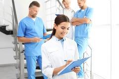 Γιατροί και ιατρικοί βοηθοί στην κλινική στοκ εικόνα με δικαίωμα ελεύθερης χρήσης