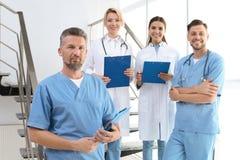 Γιατροί και ιατρικοί βοηθοί στην κλινική στοκ εικόνες