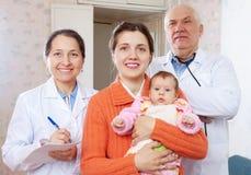 Γιατροί και μητέρα με τρεις μήνες μωρών Στοκ Φωτογραφίες