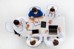 Γιατροί με το καρδιογράφημα και υπολογιστές στο νοσοκομείο Στοκ φωτογραφίες με δικαίωμα ελεύθερης χρήσης