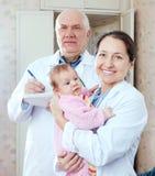 Γιατροί με τρεις μήνες μωρών Στοκ φωτογραφία με δικαίωμα ελεύθερης χρήσης