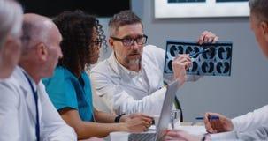 Γιατροί που αναλύουν τα αποτελέσματα ανίχνευσης MRI στοκ εικόνες με δικαίωμα ελεύθερης χρήσης