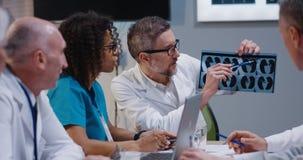 Γιατροί που αναλύουν τα αποτελέσματα ανίχνευσης MRI στοκ φωτογραφία με δικαίωμα ελεύθερης χρήσης