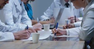 Γιατροί που αναλύουν την αυχενική ακτίνα X σπονδυλικών στηλών στοκ εικόνα με δικαίωμα ελεύθερης χρήσης