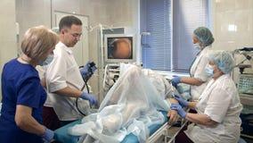 Γιατροί που διευθύνουν τη διαδικασία στο δωμάτιο ενδοσκόπησης στοκ εικόνες