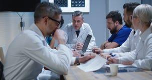 Γιατροί που διοργανώνουν μια συνεδρίαση στοκ φωτογραφία με δικαίωμα ελεύθερης χρήσης