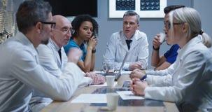 Γιατροί που διοργανώνουν μια συνεδρίαση στοκ εικόνες