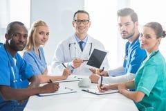Γιατροί που κάθονται στο γραφείο διασκέψεων Στοκ Εικόνες