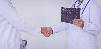 Γιατροί που κρατούν μια περιοχή αποκομμάτων με τη συνταγή, ομαδική εργασία έννοιας στοκ εικόνες με δικαίωμα ελεύθερης χρήσης