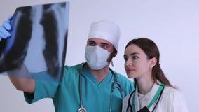 Γιατροί που μελετούν την ακτίνα X των πνευμόνων απόθεμα βίντεο