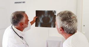 Γιατροί που μιλούν για το των ακτίνων X ραδιόφωνο απόθεμα βίντεο