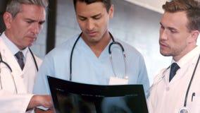 Γιατροί που μιλούν μαζί ακτίνα X απόθεμα βίντεο