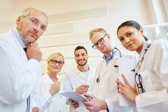 Γιατροί που σκέφτονται για το πρόβλημα Στοκ εικόνα με δικαίωμα ελεύθερης χρήσης