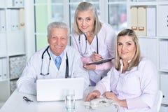 Γιατροί που συζητούν κάτι Στοκ εικόνα με δικαίωμα ελεύθερης χρήσης
