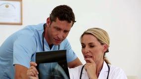 γιατροί που φαίνονται των φιλμ μικρού μήκους