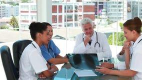 Γιατροί σε μια συνεδρίαση που εξετάζει μια θωρακική ακτίνα X απόθεμα βίντεο