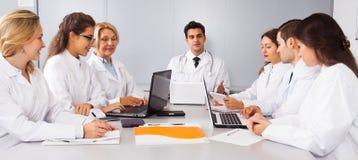 Γιατροί στις διαπραγματεύσεις στη αίθουσα συνδιαλέξεων Στοκ φωτογραφία με δικαίωμα ελεύθερης χρήσης