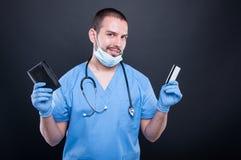 Γιατρός ή γιατρός που παρουσιάζει το πορτοφόλι και πιστωτική κάρτα Στοκ εικόνες με δικαίωμα ελεύθερης χρήσης
