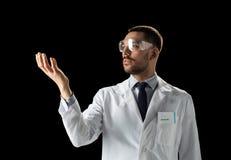Γιατρός ή επιστήμονας στα γυαλιά παλτών και ασφάλειας εργαστηρίων Στοκ Φωτογραφίες