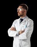 Γιατρός ή επιστήμονας στα γυαλιά παλτών και ασφάλειας εργαστηρίων Στοκ φωτογραφίες με δικαίωμα ελεύθερης χρήσης